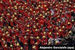Дэманстрацыя пажарнікаў у Барсэлёне 3 кастрычніка. На рэфэрэндуме 1 кастрычніка некаторыя каталёнскія пажарнікі, якія спрабавалі абараніць выбарчыя ўчасткі, былі зьбітыя нацыянальнай паліцыяй і цывільнай гвардыяй.