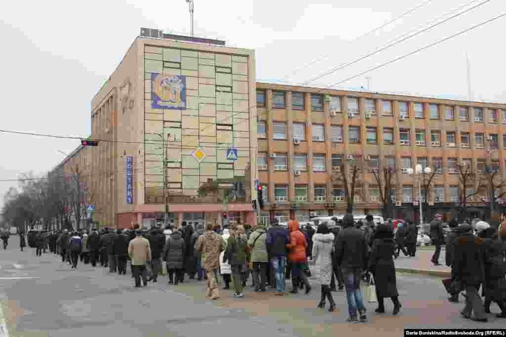 Люди проводжають труну з тілом Олександра Маламужа центральним бульваром Шевченка