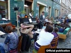 Прохожие у кафе Ондржея Кобзы. Прага