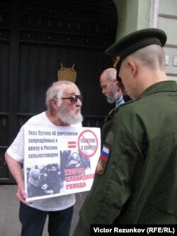 Участник акции протеста против уничтожения продуктов. Санкт-Петербург, 8 августа 2015 года.