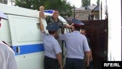 Рамазан Есергепов, осуждённый на три года тюрьмы главный редактор независимой газеты «Алма-Ата Инфо», в момент доставки его в здание суда в день оглашения приговора. Тараз, 8 августа 2009 года.