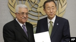 Palestinian leader Mahmud Abbas (L) poses for a picture with Secretary-General Ban Ki-moon after giving him a letter requesting recognition of Palestine as a state.