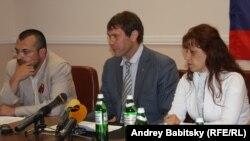 Олег Царев (в центре)