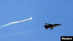 Самолет ВВС Сирии российского производства наносит удар по позициям боевиков