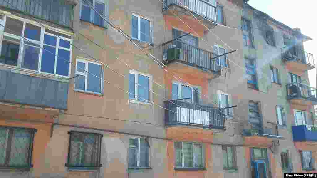 Жители многоэтажек, растапливающие в квартирах самодельные печи и включающие электроприборы, говорят, что обогревают дома на свой страх и риск. У жителей не только эта проблема: они жалуются и на обветшалые дома, плохие дороги и мусор.