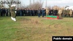 Фотография похорон азербайджанского военнослужащего-контрактника, опубликованная сайтом Qafqazinfo.az