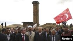 Թուրքիա - Դեւլեթ Բահչելին (աջից երրորդը) իր կուսակիցների հետ քայլում է դեպի Անիի Մայր տաճարը, որտեղ Ազգայնական շարժումը անցած տարվա աշնանը նամազ էր կազմակերպել, 1-ը հոկտեմբերի, 2010թ.