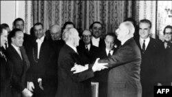 """""""Отцы-основатели"""" евроинтеграции - лидеры ФРГ и Германии Конрад Аденауэр (слева) и Шарль де Голль"""