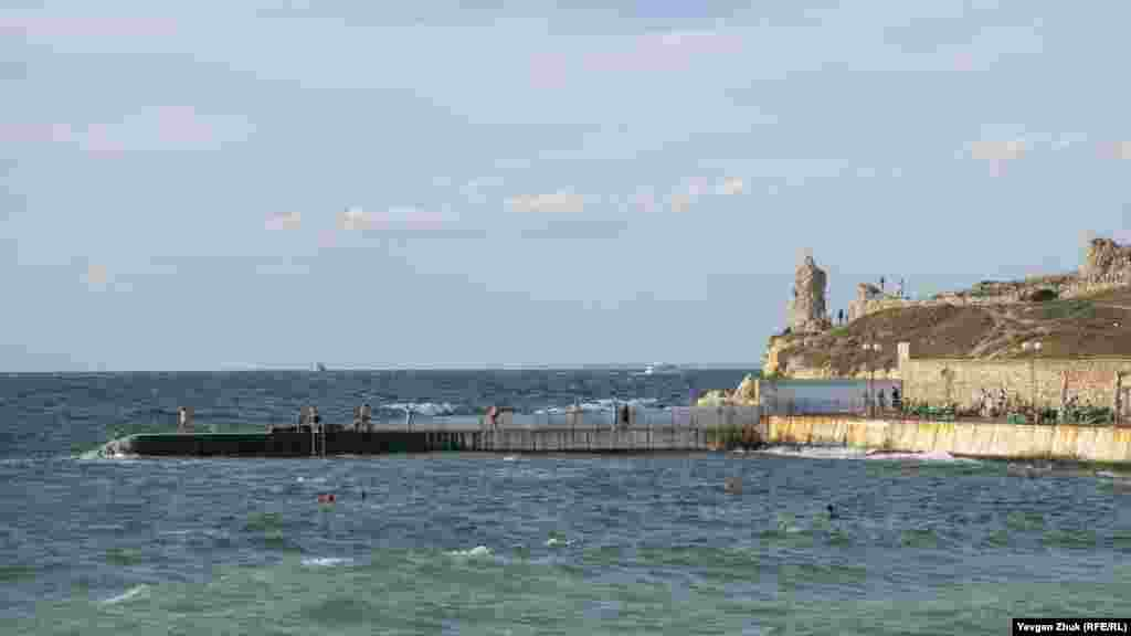 Праворуч від пляжу «Сонячний» видно руїни оборонної вежі №1 Херсонеса Таврійського