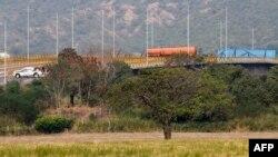 """Мостът """"Тиендитас"""" е блокиран с контейнери и е охраняван от военни от лоялната на Мадуро венецуелска армия."""