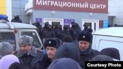 У миграционного центра в Томске