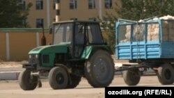 В Узбекистане часто встречаются случаи аварии из-за устарелости запчастей тракторов и неисправности в прицепах фонарей внешнего освещения.