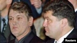 Украина президенті Виктор Ющенко (сол жақта) мен қауіпсіздік және қорғаныс кеңесінің төрағасы Петр Порошенко. Киев, 2005 жыл.