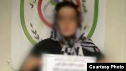 عکسی که پلیس فتا از زن بازداشتشده به دلیل توهین به قومیتها منتشر کرده است