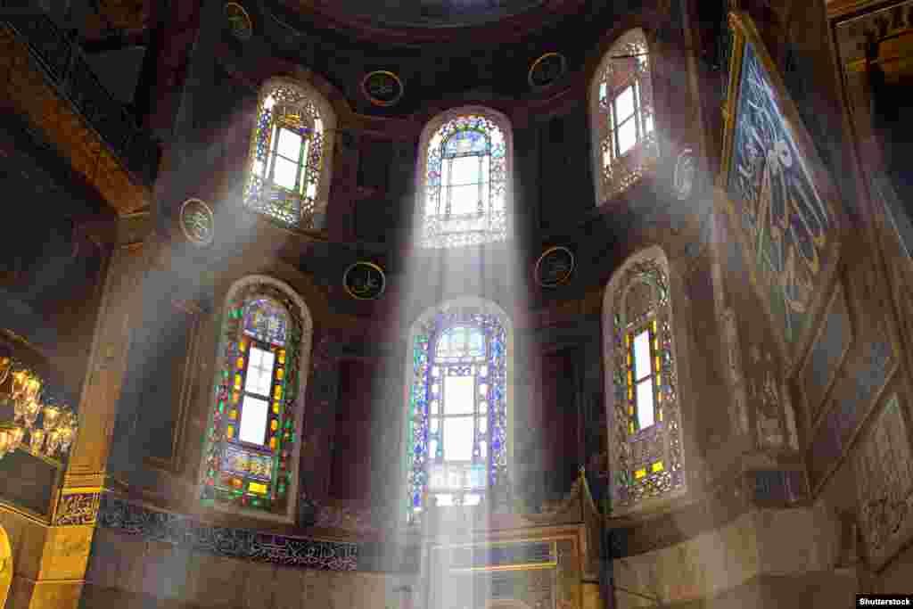 Окна внутри Айя-Софии.  В 1934 году по распоряжению основателя современной Турции Кемаля Ататюрка Айя-София стала музеем.