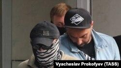 Режиссер Кирилл Серебренников (в центре) у выхода из здания Следственного комитета после предъявления ему обвинения по статье «Мошенничество». Москва, 22 августа 2017 года.