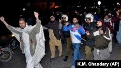 Співробітники поліції заарештовують учсників демонстрації, які протестують проти виправдання Асії Бібі. Лахор, січень 2019 року