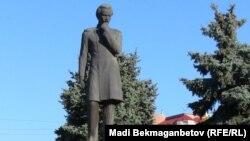 Памятник Чокану Валиханову в Алматы. Архивное фото.