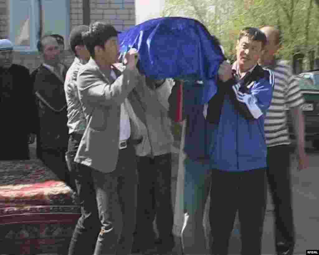 Сахан Досова, 130-летний житель Земли, отправляется в последний путь. Майкудук, 13 мая 2009 года.