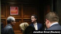 Michael Cohen, fostul avocat al președintelui SUA Donald Trump, sosind la Capitoliu pentru a fi audiat. 28 februarie 2019