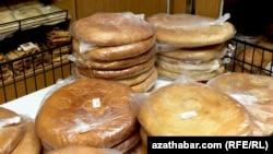 Лепешки на прилавке магазина в Ашгабате.