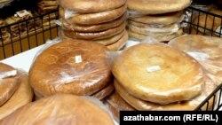 """""""Kämil bazarda"""" satylýan tamyr çöregi"""