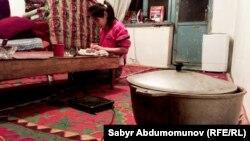 Айчурек готовит ужин.