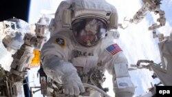 Астронавт Пеґґі Уїтсон із США за межами МКС (фото архівне)