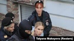Ruska policija pritvorila je opozicionarku Ljubovu Sobol u blizini njene kancelarije u Moskvi, 10.avgusta.