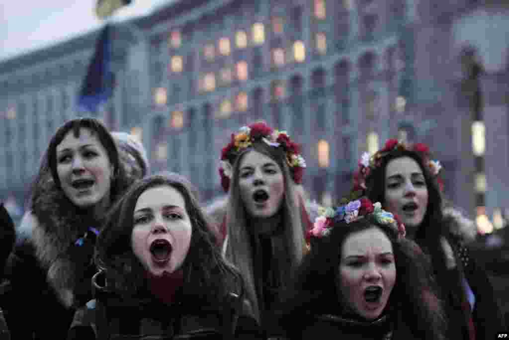 جوانان اوکراین و سردادن سرود حمایت از کشور