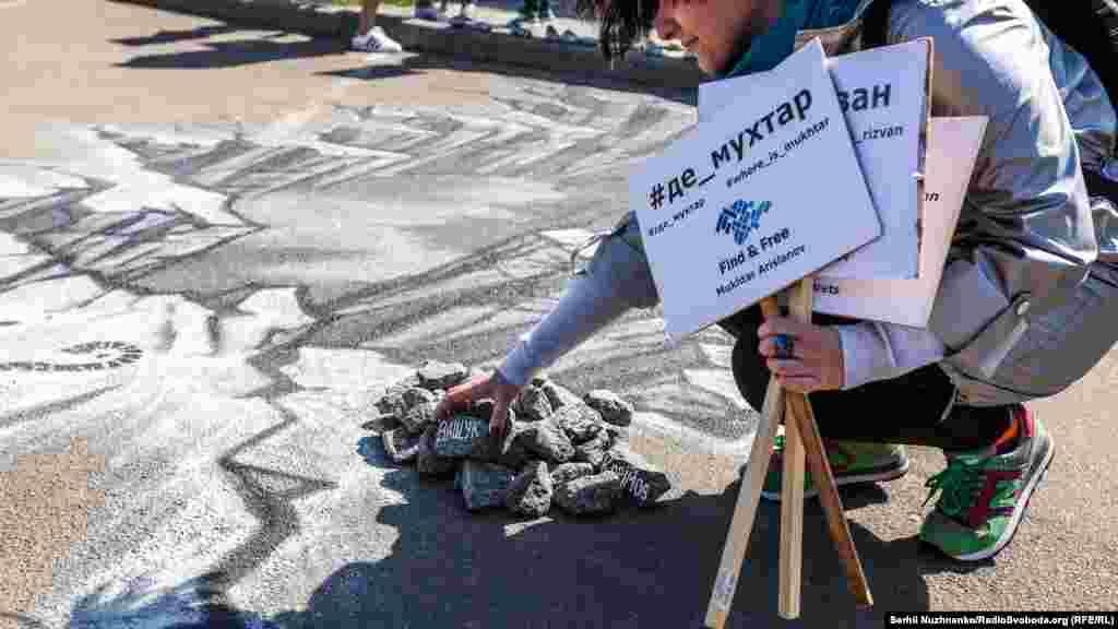 Киевтегі Ресей елшілігі алдында белсенділер 3D графикасының көмегімен салған шыңырау суреті Қырымда хабар-ошарсыз жоғалып кеткен азаматтардың тағдырына арналды.