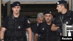 Gjatë arrestimit të guvernatorit Hashim Rexhepi.