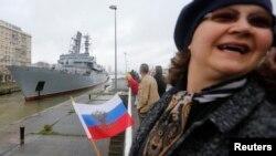 Франция. Женщина с флажком России у причала в порту Сен-Лазара