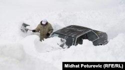 Автомобил затрупан од снегот во Сараево.