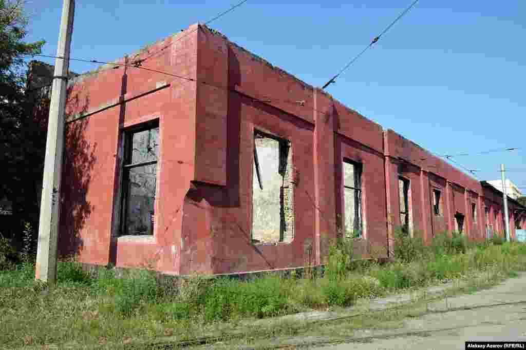 Часть здания в трамвайном парке, горевшего пару лет назад. Алматы,9 августа 2016 года.