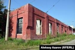 Часть здания в трамвайном парке, горевшего пару лет назад. Алматы, 9 августа 2016 года.