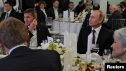 Президент России Владимир Путин (справа) и бывший советник президента США по национальной безопасности Майкл Флинн на мероприятии Russia Today.