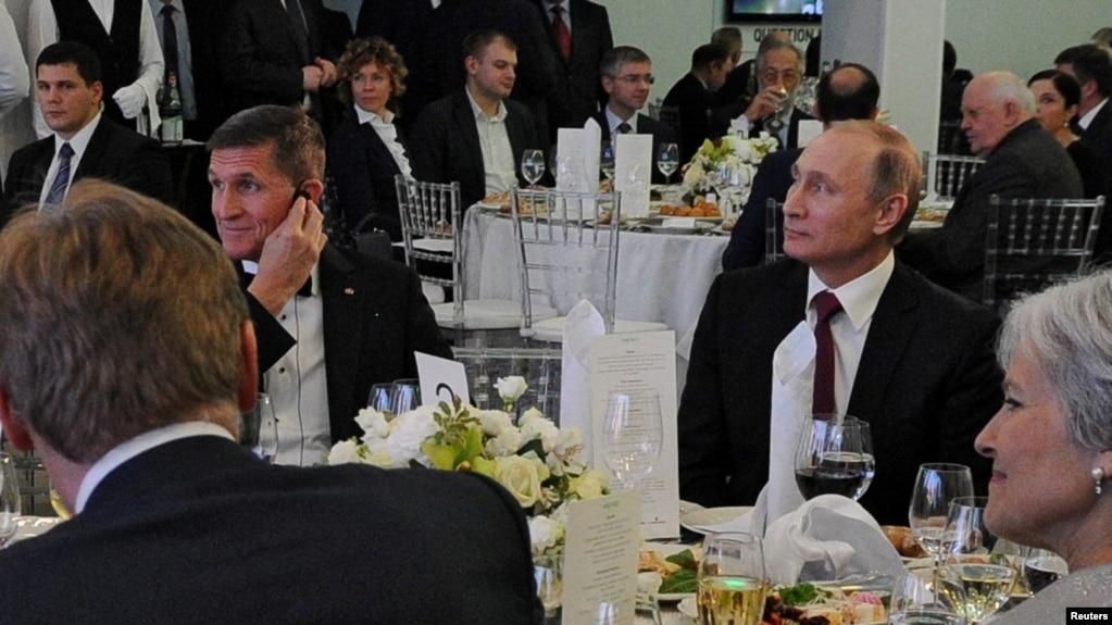 2015-ci il, Moskva. ABŞ-ın təqaüddə olan ordu generalı Michael Flynn Rusiya prezidenti Vladimir Putinlə eyni ziyafət masası arxasında