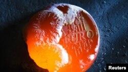 Novčić evra koji se topi - ilustrativna fotografija