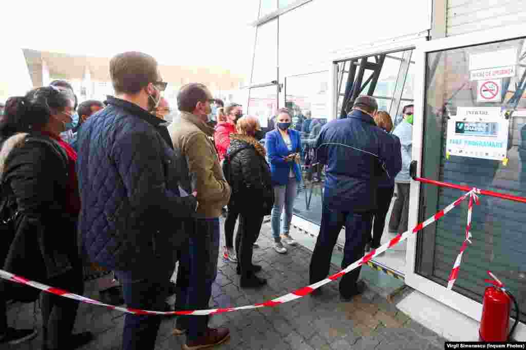 Peste 100 de persoane așteaptă să fie vaccinate, vineri 23 aprilie 2021, Maratonul vaccinării de la Timișoara.