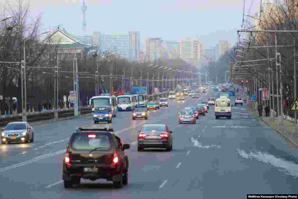 Улица в Пхеньяне. Столица Северной Кореи выглядит намного лучше, чем населенные пункты в провинции этой страны.