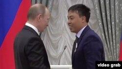 Марат Исаев президент Путиндин колунан сыйлык алууда