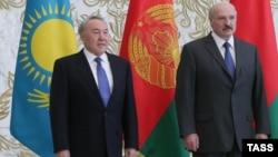 Президент Казахстана Нурсултан Назарбаев и президент Беларуси Александр Лукашенко (справа).