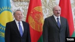 Қазақстан мен Беларусь президенттері Нұрсұлтан Назарбаев (сол жақта) пен Александр Лукашенко. Астана, 29 мамыр 2014 жыл.