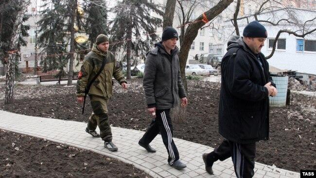 Сепаратисты конвоируют украинских военных, взятых в плен под Дебальцево. Фотография сделана в феврале 2015 года