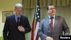 Asistentul secretarului de stat, Thomas Melia și adjunctul șefului misiunii diplomatice, Michael Scanlan la o conferință de presă la Minsk