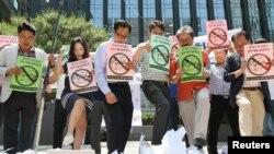 Južnokorejski trgovci gaze po kutijama s logotipima japanskih proizvoda tokom protesta na kojima je objavljen bojkot japanske robe u Seulu, 5. juli, 2019.