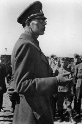 """Генерал-лейтенант А.Власов выступает перед военнослужащими русских подразделений в составе группы армий """"Север"""", начало мая 1943 года"""