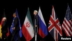 وزراء الخارجية الأميركي والبريطاني والإيراني جون كيري وفيليب هاموند وجواد ظريف إثر إعلان الاتفاق - فيينا 14 تموز 2015