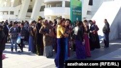 Türkmen resmileri 'toý eşigini' almadyk studentlere, işgärlere gödek käýeýärler